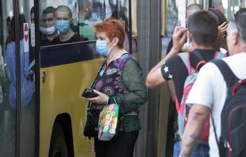 Fotografija iz beogradskog autobusa o kojoj bruje društvene mreže: Ovaj deka se baš DISTANCIRAO (FOTO)