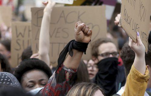 """""""Dokle više?"""": Desetine hiljada ljudi na protestu protiv rasizma u Beču (FOTO)"""