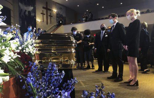 Potresna scena na Flojdovoj komemoraciji: Gradonačelnik KLEKNUO pred kovčegom i zaplakao (FOTO+VIDEO)