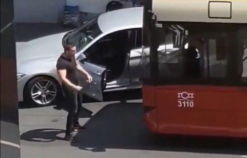 Blokirao autobus GSP-a i DIVLJAO nasred ulice: Pogledajte kako je vozač odgovorio na PROVOKACIJU (VIDEO)