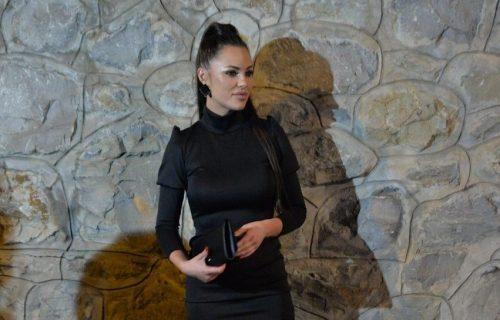 Bojana Rodić je ATRAKTIVNA i kada je zakopčana do grla: MREŽASTIM čarapama raspalila maštu (FOTO)