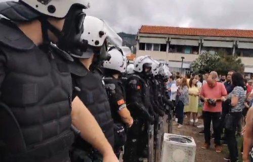 """""""Ti ljudi sve više liče na zveri"""": Poslanik objavio da je policija u Budvi PRETUKLA vatrogasca"""