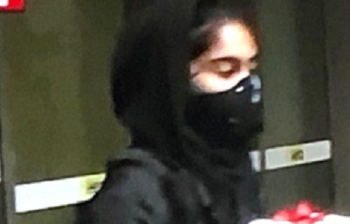 "Prekršila lopovska ""pravila"": Devojka tokom protesta ukrala NAJLUĐU stvar (FOTO)"