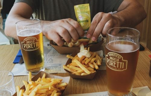 Zaboravite na ove namirnice: Hrana koju NIKAKO ne smete da jedete dok konzumirate ALKOHOL