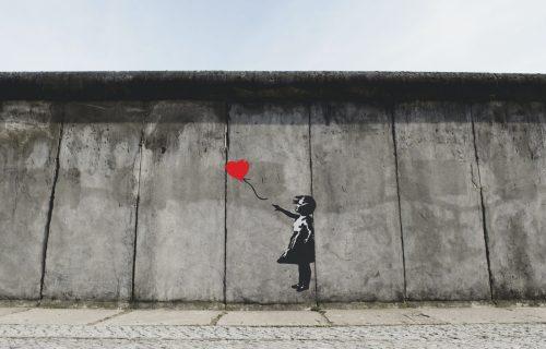 Nova slika u čast Džorža Flojda: Banksi ponovo napao sistem, a ovako je to pre radio (FOTO+VIDEO)