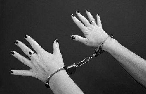Nije mogla da pobegne: UHAPŠENA žena iz Lajkovca koja je napala socijalnu radnicu, isprskala je kiselinom