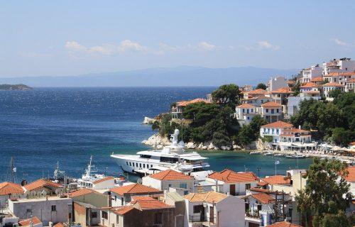 Grčki ugostitelj TERAO Srbe sa plaže i poručio da nas MRZI, njegovi zemljaci otkrili odakle je