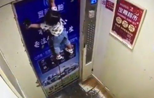 Snimak od kog zastaje srce: Devojčica (2) VISI, dok majka sa druge strane vrata ZAPOMAŽE (VIDEO)