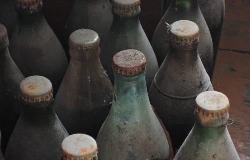 Genijalan trik kako da uz JEDNU stvar iz kuće izribate prljave flaše iznutra (VIDEO)