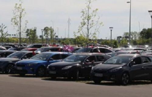 Luđe ne može: Navijači danskog kluba bodrili ekipu iz kola na parkingu (VIDEO)