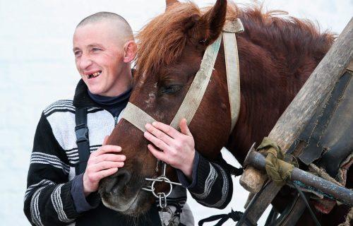 Audi s jednom konjskom snagom! Priča o pastiru iz Belorusije i njegovoj kočiji obišla je svet (FOTO)