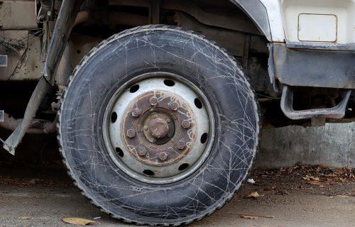 Pomahnitale gume s kamiona pokosile čoveka! Jedva je izvukao živu glavu (VIDEO)