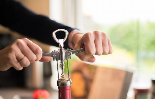 6 načina kako da izvadite PAMPUR iz vina bez vadičepa (VIDEO)