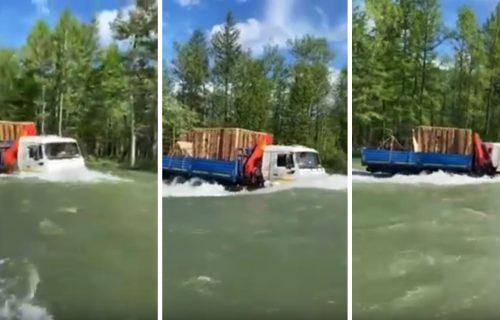Ribari u šoku! Umesto drumom, teretnjak krstari nemirnom rekom (VIDEO)
