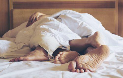 Sedlo i kuhinjska akcija: 4 poze koje garantuju najveću BLISKOST u krevetu... i van njega