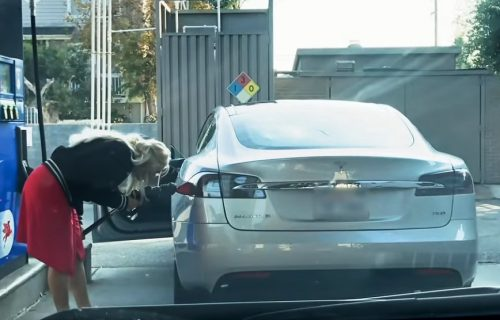 Probajte da zadržite smeh: Kad pokušaš da natočiš gorivo u električni automobil (VIDEO)