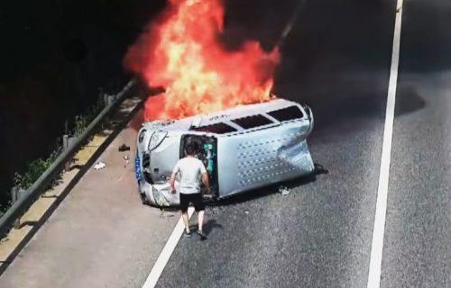 HEROJ DANA: Putnici očajnički pokušavali da spasu živote, dok se on nije pojavio! (VIDEO)