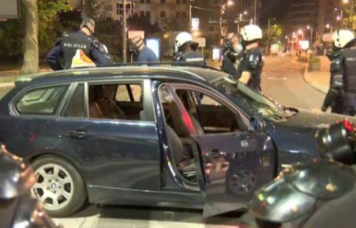 Taksisti koji se kolima zaleteo na kordon policije određen pritvor (VIDEO)