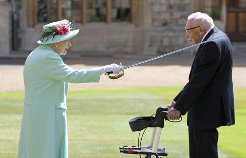 Kraljica ga je proglasila vitezom, a on je svojim komentarom nasmejao svet (FOTO+VIDEO)