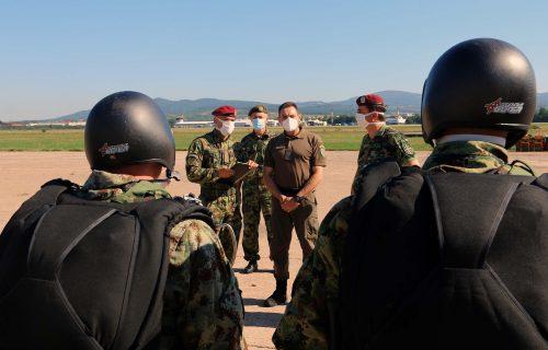 Pripadnici 63. padobranske izveli jedan od najzahtevnijih skokova, ministru uručen POKLON (FOTO+VIDEO)