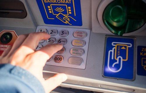 Pazite sa kog bankomata i kojom karticom podižete pare, POGREŠAN IZBOR može da vas košta 1.800 dinara