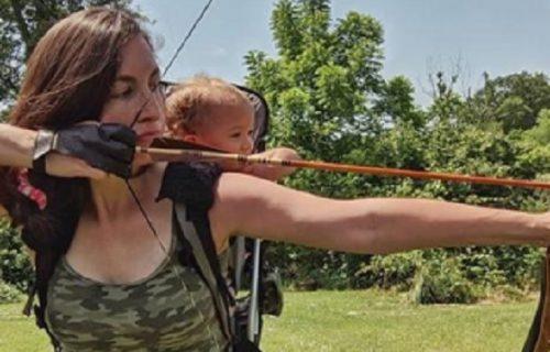 """""""Od malena je učiš da ubija, sramoto jedna"""": Majka odvela dvogodišnju ćerku u lov, svi je napali"""