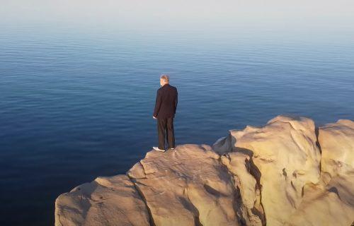 Za 42 sekunde SKOČIO SA STENE u more i poslao poruku glasačima: Ludi predizborni spot u Hrvatskoj (VIDEO)