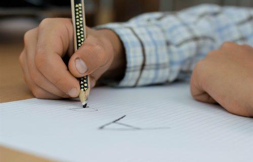 Ove godine pravila su DRUGAČIJA: Evo kako će se ocenjivatu učenici dok prate onlajn nastavu!
