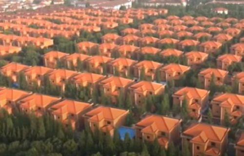Sablasno selo bogataša puno tajni: Ljude ne viđate, kuće su ISTE, a ako ih napustite - gubite sve (VIDEO)