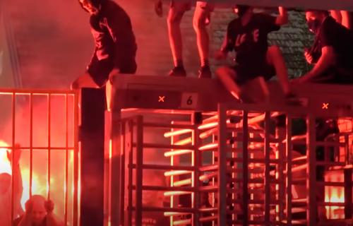 Haos u Osijeku: Huligani NA SILU upali na stadion i nasrnuli na policiju! Letele cigle, baklje... (VIDEO)