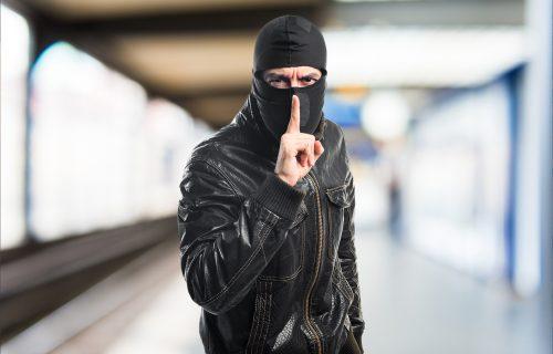 DRAMA na Čukarici: Pljačkaš upao u market, udarao PIŠTOLJEM, pa od radnika oteo kofer pun novca