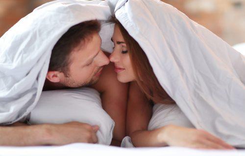 Bučni ste u krevetu? Treba vam samo JEDNA stvar i komšije vas više neće čuti, čak i ako prisluškuju!