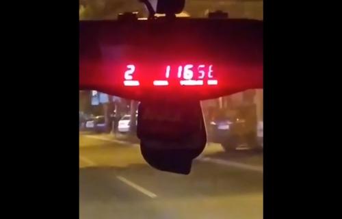 """""""Malo"""" skuplji režim rada: Objavljen snimak kako izgleda vožnja u taksiju za strance u Novom Sadu (VIDEO)"""