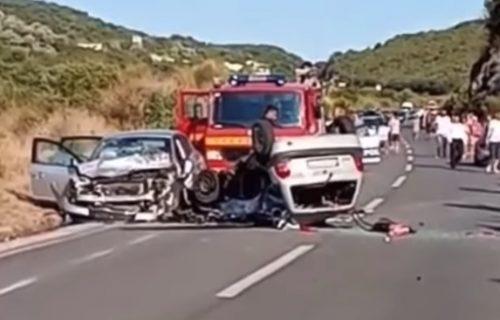 Automobili potpuno smrskani, jedan leži na krovu: Stravičan snimak udesa kod Ulcinja (VIDEO)