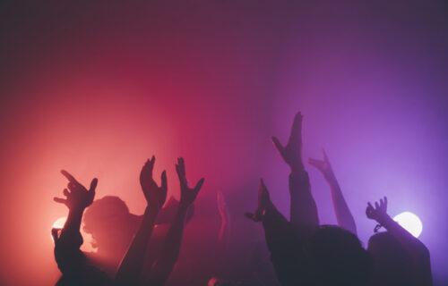 Rejveri pokušali da održe žurku za 2.500 ljudi: Zbog neprijateljstva i otpora postavljen sanitarni kordon