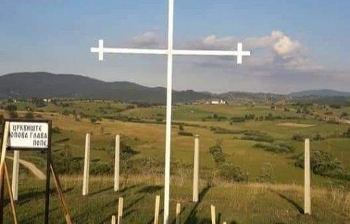 Nepoznati vandali polomili krst kod Tutina: Pre nekoliko dana u blizini postavljena i albanska zastava