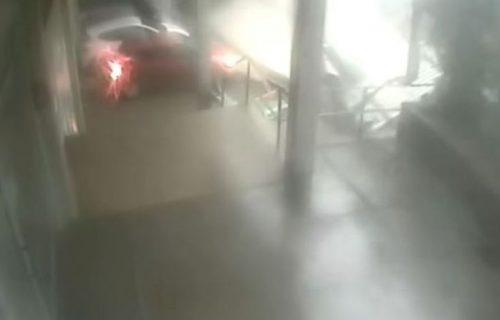 Snimak lomljenja krova Skupštine usred oluje: Vozač u Hrvatskoj za dlaku izbegao smrt (VIDEO)