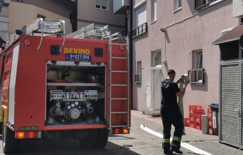 Drama u centru Beograda: Automobil se zapalio tokom vožnje, saobraćaj u zastoju