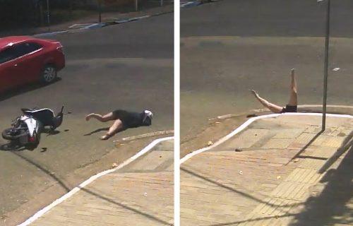 Kakva nesreća! Ženu na skuteru udario auto, pa završila u šahtu (VIDEO)