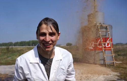Erupcija o kojoj bruji svet! Ruski jutjuber pomešao 10.000 litara koka-kole i sodu bikarbonu (VIDEO)