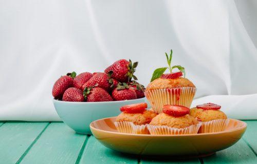 Zasladite se uz sočnu fantaziju: Mekani MAFINI sa jagodama i belom čokoladom (RECEPT+VIDEO)