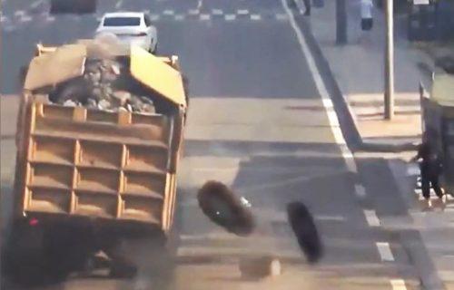Teretnjaku u vožnji otpali točkovi, jedan pokosio ženu na trotoaru! (VIDEO)