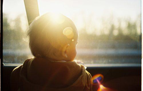 UPOZORENJE: Dete dospeva u SMRTNU opasnost ukoliko provede samo sat vremena u automobilu na suncu