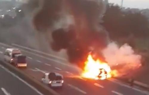 HAOS na ulazu u Beograd: PLAMENA buktinja na auto-putu, vozilo se zapalilo!