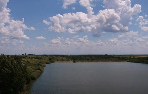 Užas kod Iriga: Otišli na pecanje, čovek ušao u jezero da se rashladi, odjednom su videli da pluta telo