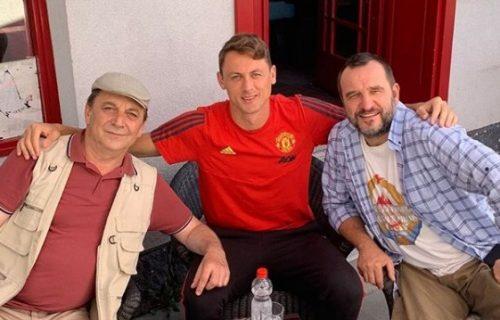 Nemanja Matić u KAFANI: Srpski fudbaler uhvaćen na snimanju kultne serije (FOTO)