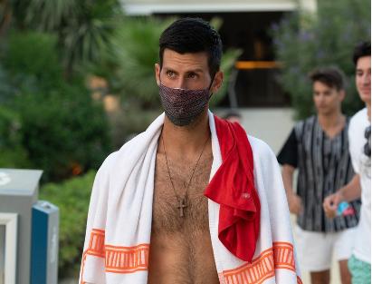 Vodi računa o merama zaštite: Paparaci pronašli Novaka, hoda bos, sa NEOBIČNOM maskom na licu (FOTO)