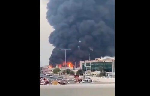 Stravičan požar buknuo na pijaci u Emiratima, sve spasilačke ekipe na licu mesta (VIDEO)