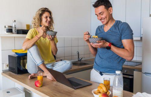 Sprečite PREJEDANJE: 4 jednostavna trika kako da manje jedete dok radite od kuće