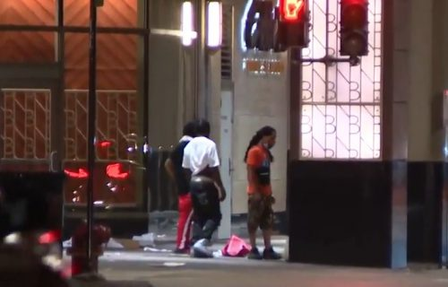 Policija u Čikagu PUCALA, nastao totalni haos: Razbijali izloge i pljačkali luksuzne radnje (VIDEO)
